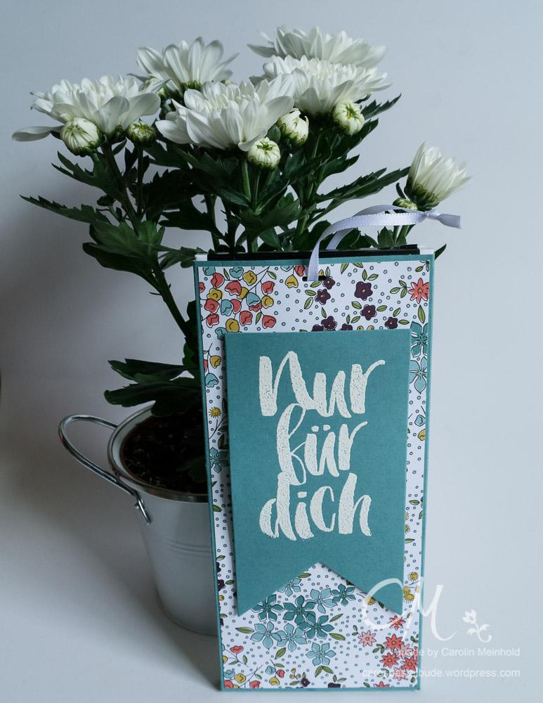 Schokoladenaufzug und Blumen zum Geburtstag